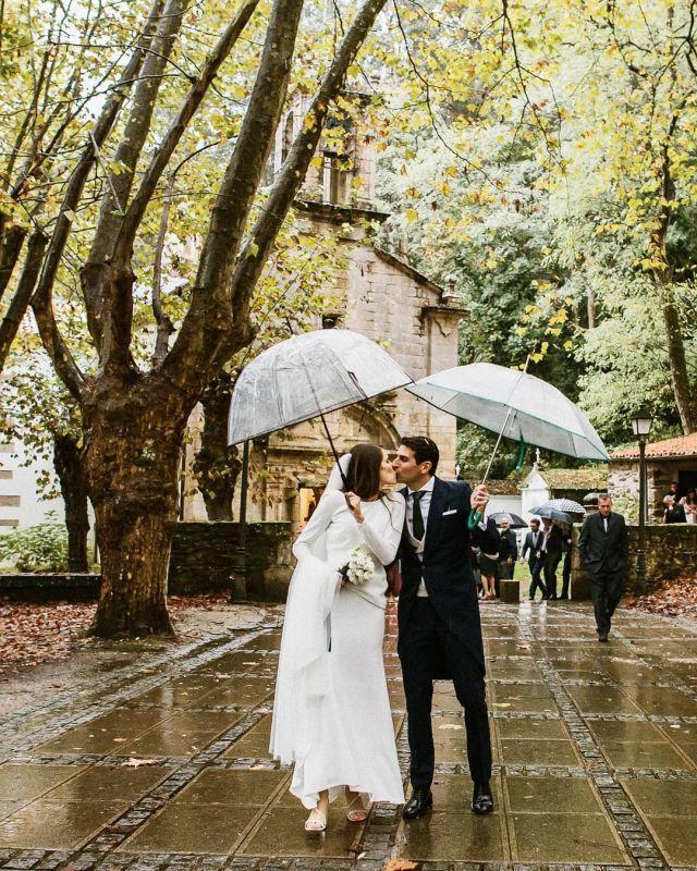 E se chove, como dicimos os galegos malo será ☔ 💜 .   #bodas2020 #bodasconencanto #vestidodenovia #galiciacalidade #noviasdiferentes #truelove #bodasgalicia #noviasconestilo #invitadaperfecta #galicia #galifornia #vigo #ourense #noviasconestilo #vestidosdenovia #coruña #wedding #boda  #bodasoñada #spainwedding #couplegoals #weddingspain #lookslikefilm #loveislove #bodasengalicia # malosera #rainyday #rainywedding