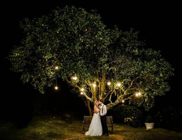 A la luz de los naranjos ayer con Keila y Rubén .  .  #bodas2020 #bodasconencanto #vestidodenovia #galiciacalidade #noviasdiferentes #truelove #bodasgalicia #noviasconestilo #invitadaperfecta #galicia #galifornia #vigo #ourense #noviasconestilo #vestidosdenovia #coruña #wedding #boda  #bodasoñada #spainwedding #couplegoals #pazodatouza #weddingspain #lookslikefilm #loveislove #bodasengalicia @pazodetouza @iosua_r_ @martasaizmakeup  @raraavis_tocados