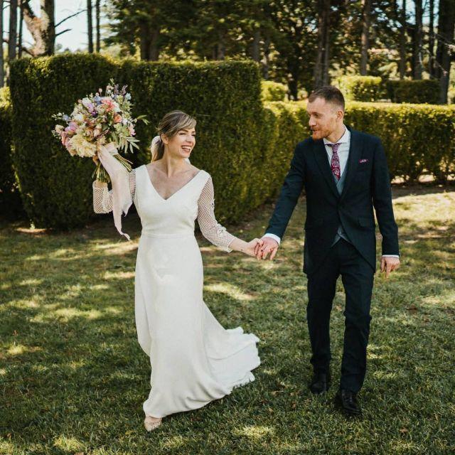"""Alegría todo el día by Lorena y Santi... y todo el año del puñetero covid. No fue fácil llegar hasta este día, mucha incertidumbre y cambios de ultimisisisima hora 😅 pero quien la sigue la consigue y esta pareja ha demostrado resiliencia por un tubo y que lo suyo es """"contra viento y marea"""". Y además todo con una gran sonrisa, casi nada. Unos grandes! 😍  #bodas2020 #bodasconencanto #vestidodenovia #galiciacalidade #noviasdiferentes #truelove #bodasgalicia #noviasconestilo #invitadaperfecta #galicia #galifornia #vigo #ourense #noviasconestilo #vestidosdenovia #wedding #boda  #bodasoñada #spainwedding #couplegoals #weddingspain #lookslikefilm #loveislove #bodasengalicia @pazodatouza @fentofilms @granvia3 @afloreria_sabaris @martasaizmakeup @r_musica_djs @jimmychoo_bridal @papaya_estudio"""