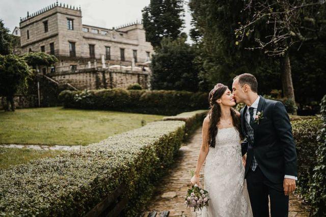 Al mal tiempo, buena 😃 .   #bodas2020 #bodasconencanto #vestidodenovia #galiciacalidade #noviasdiferentes #truelove #bodasgalicia #noviasconestilo #invitadaperfecta #galicia #galifornia #vigo #ourense #noviasconestilo #vestidosdenovia #coruña #wedding #boda  #bodasoñada #spainwedding #couplegoals #weddingspain #autumn #lookslikefilm #loveislove #bodasengalicia @pazotorresagrelo @mundorossa.saradeljesus @pronovias @fotomatonvigo @lydiagarciareposteria