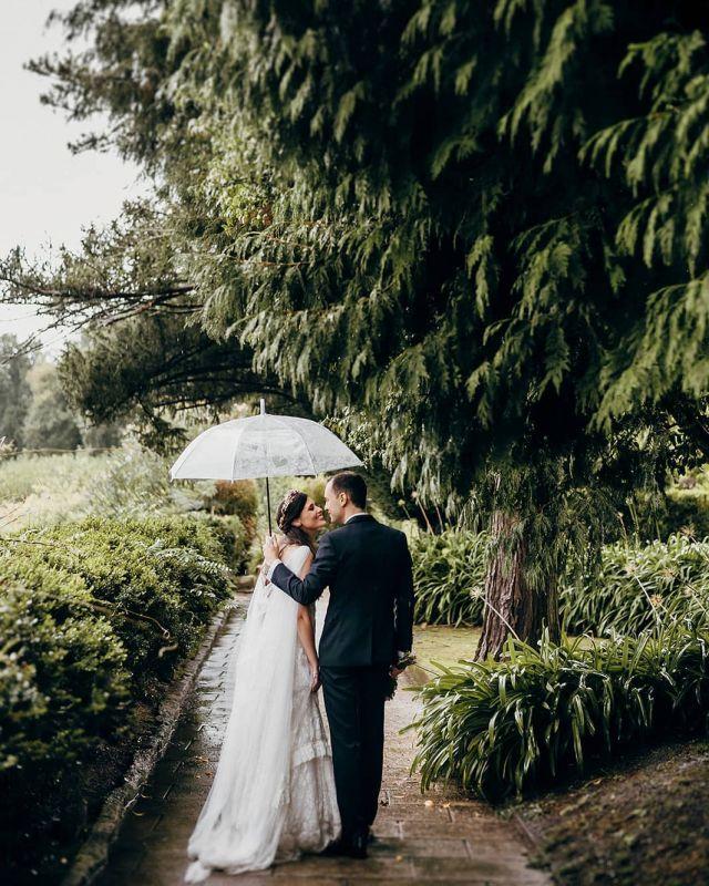 ☔💜 .  .  .  #bodas2020 #bodasconencanto #vestidodenovia #galiciacalidade #noviasdiferentes #truelove #bodasgalicia #noviasconestilo #invitadaperfecta #galicia #galifornia #vigo #ourense #noviasconestilo #vestidosdenovia #coruña #wedding #boda  #bodasoñada #spainwedding #couplegoals #weddingspain #lookslikefilm #loveislove #bodasengalicia @pazotorresagrelo @mundorossa.saradeljesus @fotomatonvigo