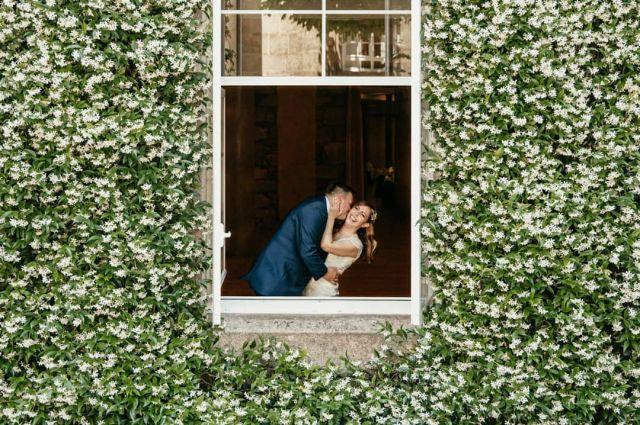 Si las ventanas hablasen... pero no, así que ya os lo cuento yo... mmm aunque tampoco hace falta, se nota ¿no?  Son Hanói y Borja, se casaron este sábado y si, son geniales, se quieren a no más poder y lo dieron todito todo en su muy calurosa, esperada y disfrutada boda. Buen viaje chicos!!!  #bodas2021 #bodasconencanto #vestidodenovia #galiciacalidade #noviasdiferentes #bodasgalicia #noviasconestilo #invitadaperfecta #galicia #galifornia #vigo #ourense #noviasconestilo #vestidosdenovia  #wedding #mondariz #bodasoñada #spainwedding #couplegoals #weddingspain #bodasvigo #lookslikefilm #fotografobodas #justmarried #loveislove #bodasengalicia  @balneariodemondariz @bmbodasvideo @decopetite @aliciaportoestilista @fotomatonvigo @raraavis_tocados @zeppelinsoundbodas