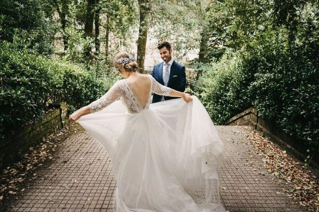 Algunas fotos de la emocionante (y muy esperada)😊 boda de Sara y Abel de este Sábado. Al fin llegó vuestro día... y qué gran día!! 😍😍  @silviafernandezatelier @balneariodemondariz @galiciaenboda @lovestoryvideo @mundorossa.saradeljesus @susiflor.invernaderos @joyerialoyma_orense @marcovalentiou @nacar_tocados  #bodas2021 #bodasconencanto #bodasgalicia #fotografobodasvigo  #casarseengalicia #fotografobodasgalicia #noviasdiferentes #fotografobodagalicia #invitadaperfecta #fotografobodaspontevedra #galifornia #fotografogalicia #noviasconestilo #couplegoals #fotografobodasourense  #bodasvigo  #bodasoñada  #balneariodemondariz