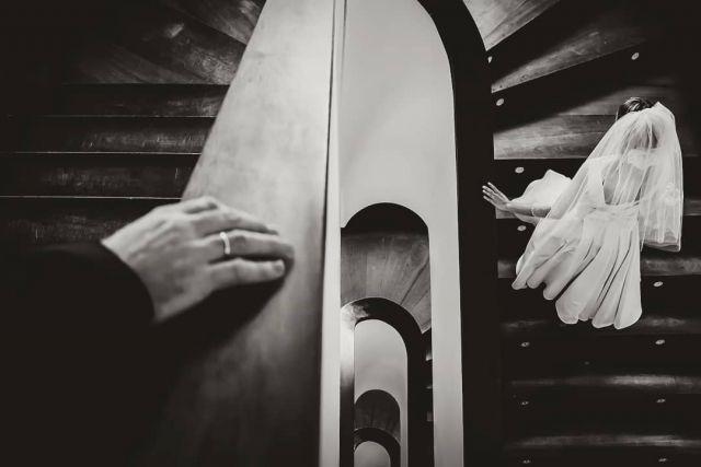 Rings & Stairs 🥰 Como fotógrafo no sé...pero titulando las fotos soy la caña... ¿O no? 😅 . .  #bodas2020 #bodasconencanto #vestidodenovia #galiciacalidade #noviasdiferentes #truelove #bodasgalicia #noviasconestilo #invitadaperfecta #galicia #galifornia #vigo #ourense #noviasconestilo #weddingrings #vestidosdenovia #coruña #joyas #wedding #boda  #bodasoñada #spainwedding #couplegoals #anillos #weddingspain #lookslikefilm #loveislove #bodasengalicia #couplesgoals