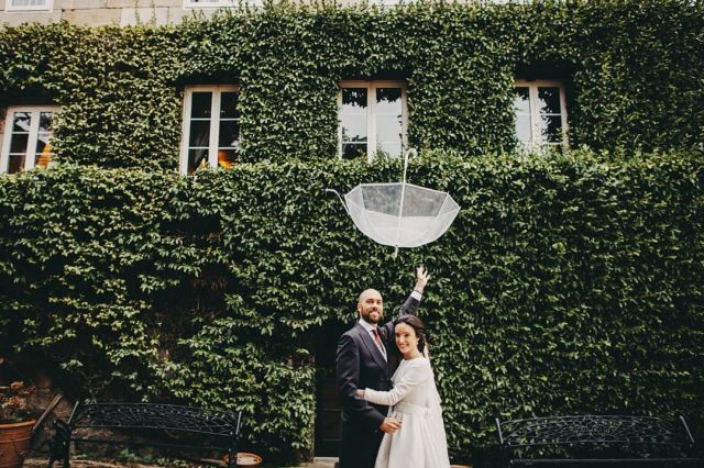 1,2,3 paraguas fuera... o al revés 🙃 . . .  #bodas2020 #bodasconencanto #vestidodenovia #galiciacalidade #noviasdiferentes #truelove #bodasgalicia #noviasconestilo #invitadaperfecta #galicia #umbrellas #galifornia #vigo #ourense #noviasconestilo #rainyday #vestidosdenovia #coruña #wedding #boda  #bodasoñada #spainwedding #couplegoals #weddingspain #lookslikefilm #loveislove #bodasengalicia